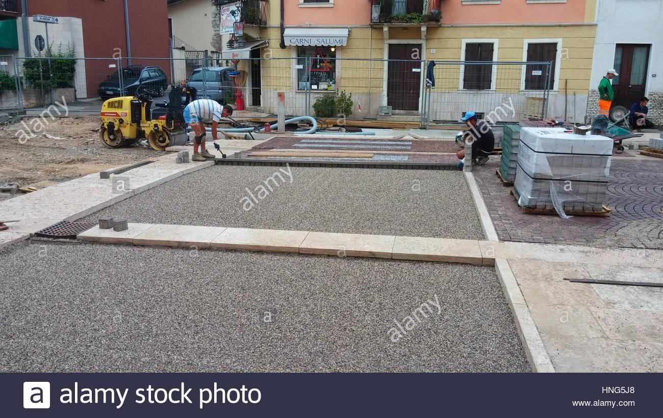 maurer pflaster für Überfahrt auf neue fahrbahn zu legen. italien