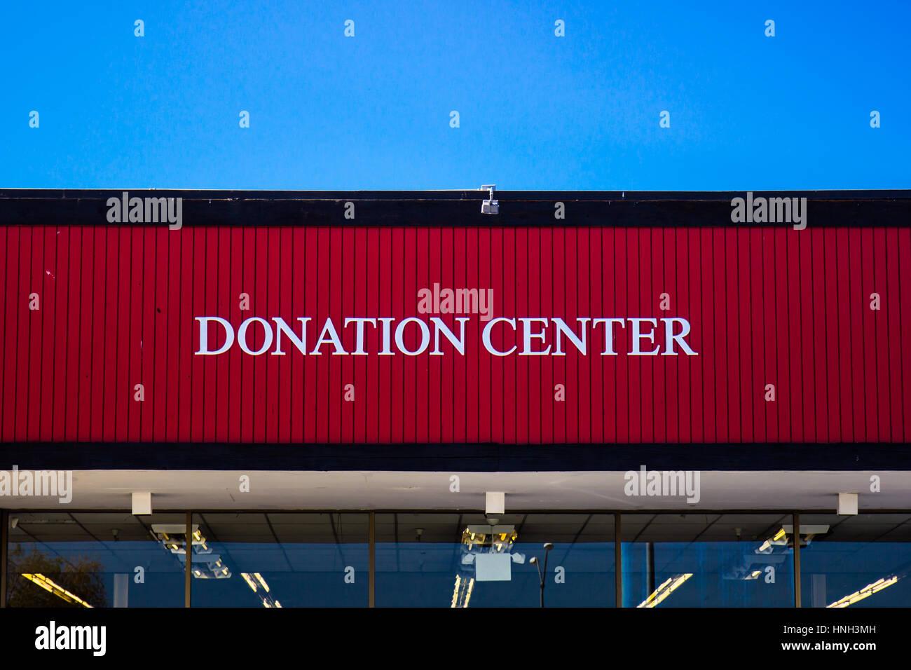 Spende-Center Schild an Secondhand-Laden Stockbild