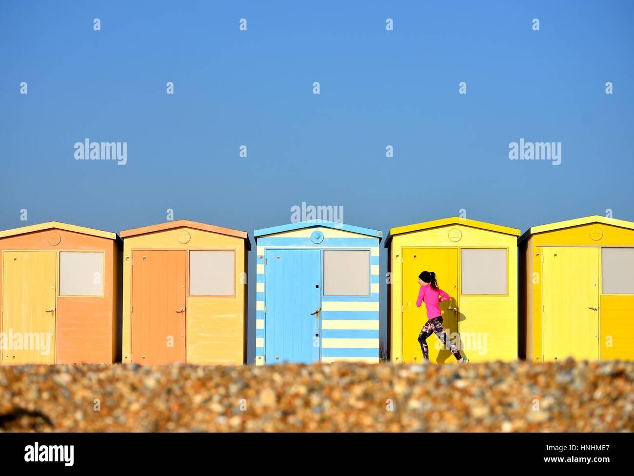 Seaford, East Sussex, UK. 13. Februar 2017. Großbritannien Wetter. Jogger genießen eine Meer laufen in Stockbild