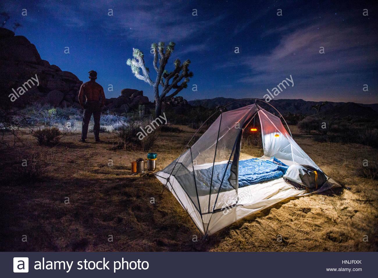 Einen abgelegenen Campingplatz nur mit Rucksack im Joshua Tree National Park zu erreichen. Stockbild