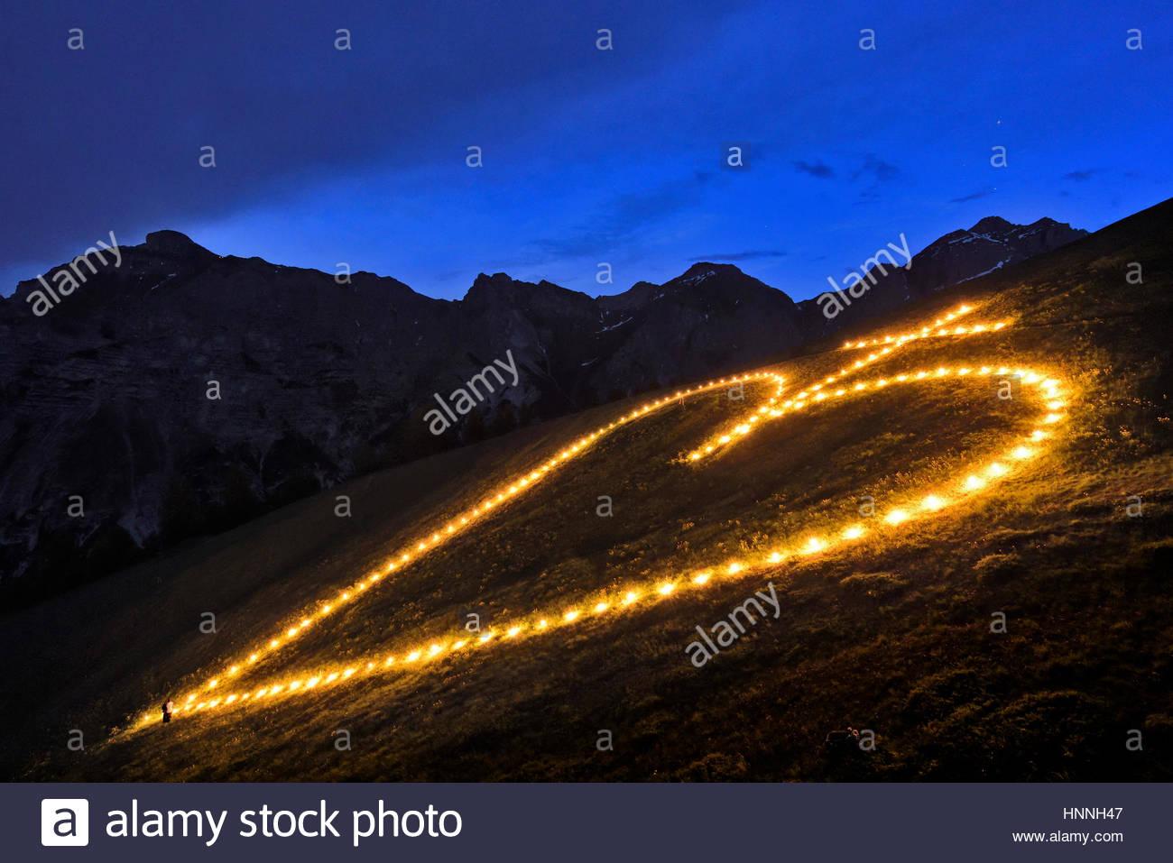 Das Gebäude und die Beleuchtung des Heiligsten Herzens Feuer auf Elferspitze Berg im Stubaital. Stockbild