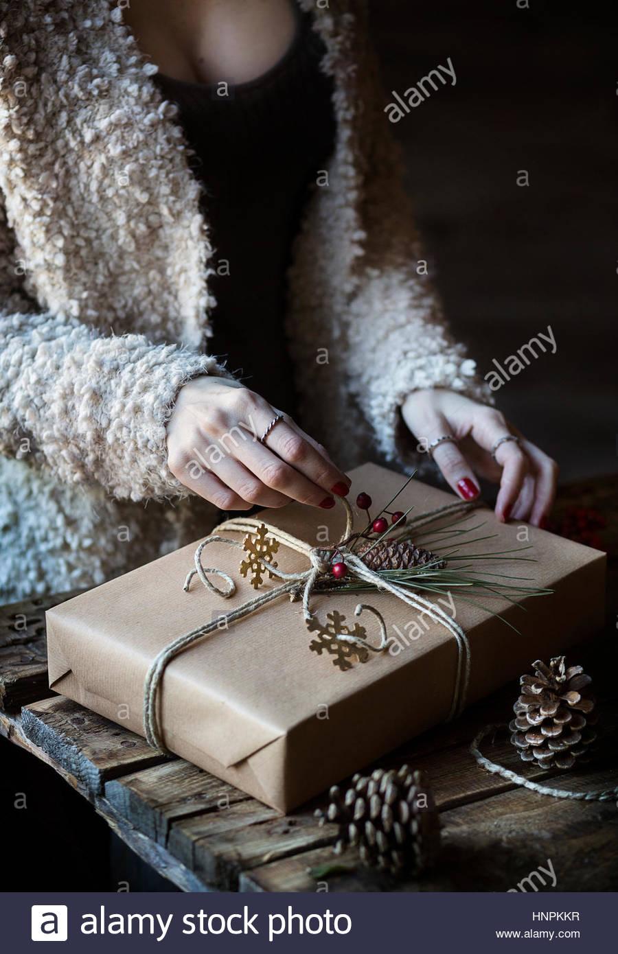 Frau ein Weihnachtsgeschenk verpacken Stockbild