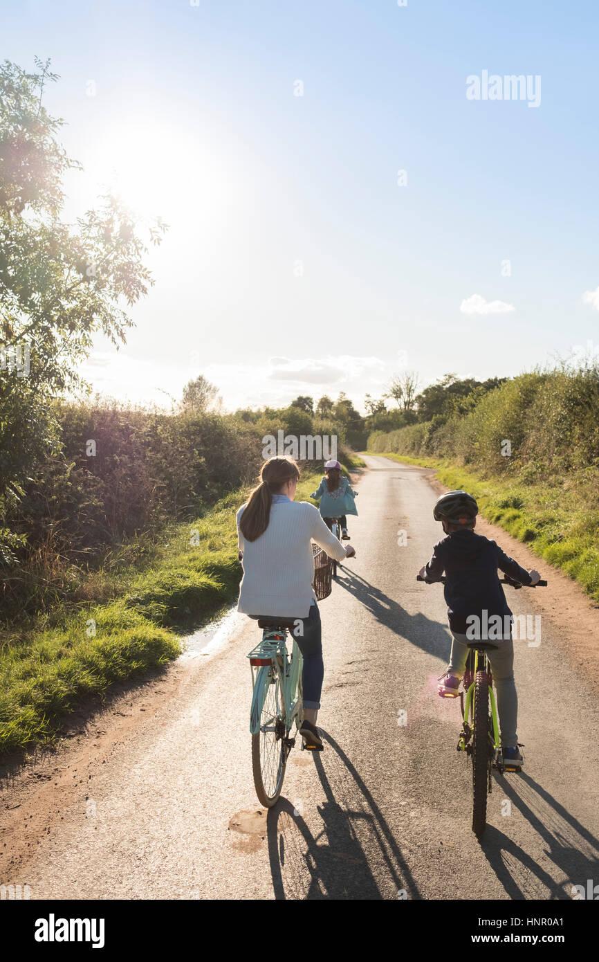 Eine Familie Radtour mit Mutter und zwei Kindern auf dem Lande. Stockbild