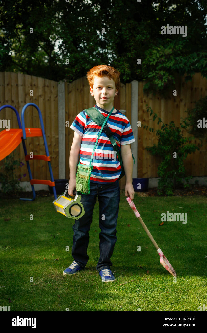 9-jähriger Junge Rollenspiele als Entdecker Stockbild