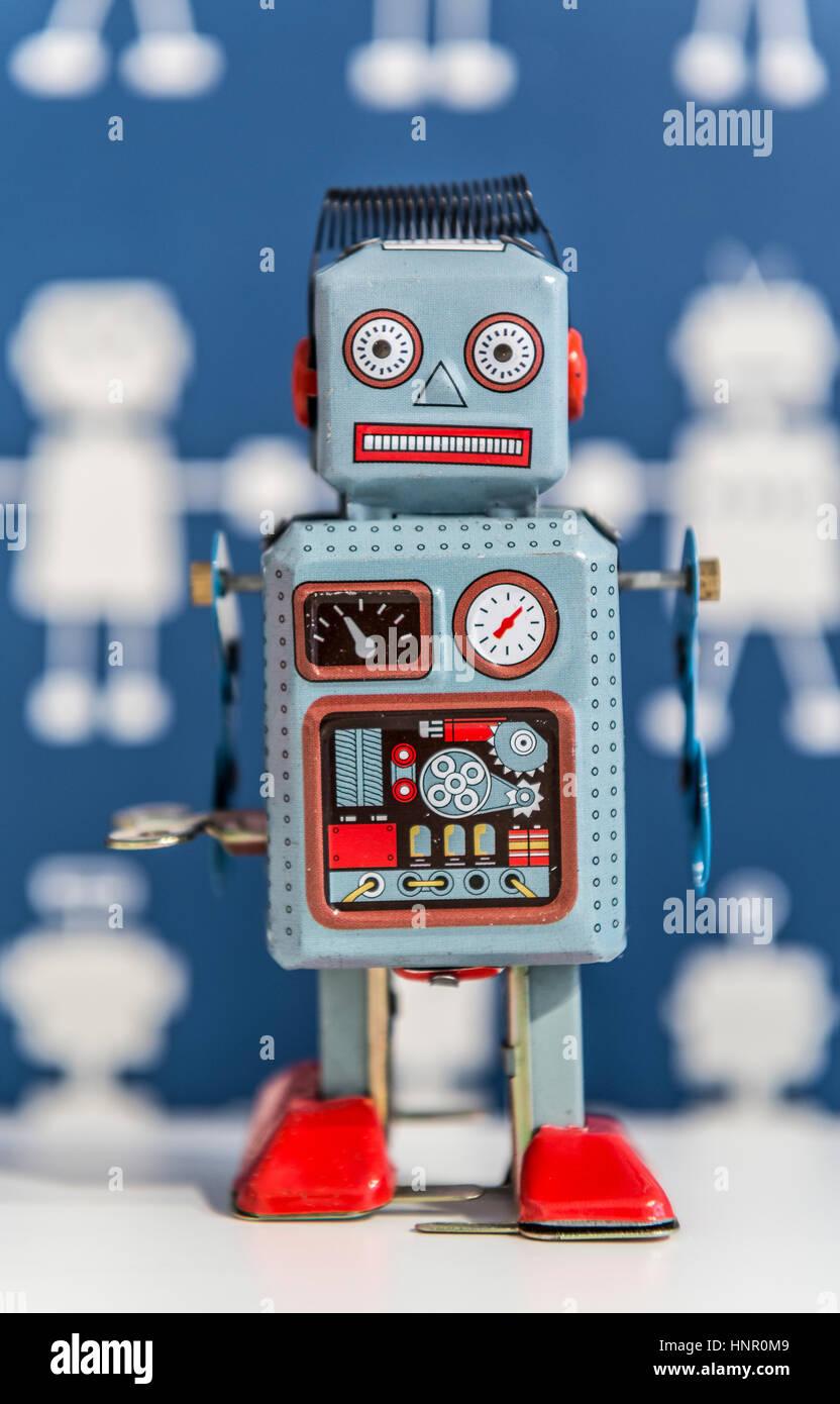 Ein Vintage Wind-up Spielzeugroboter, gemalt in blau und rot Stockbild