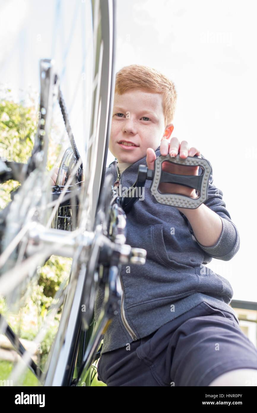 Ein Junge sein Fahrrad Pflege Stockbild