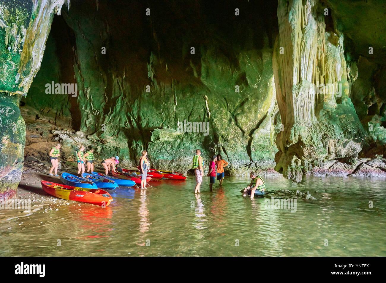 Touristen, Kajak und erkunden Ko Talabeng Höhle, Provinz Krabi, Thailand Stockbild