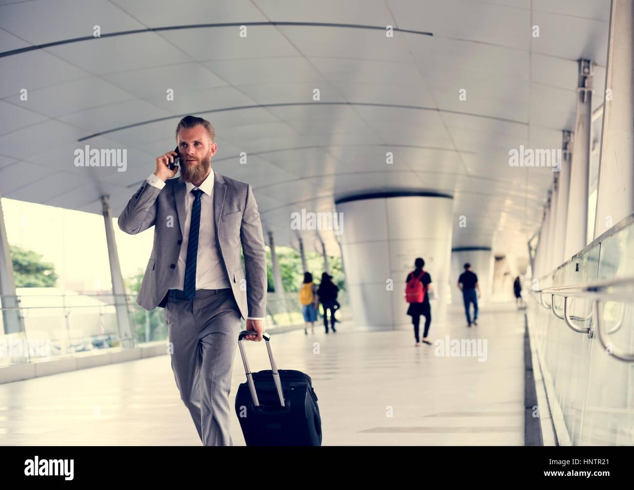 Geschäftsleute gehen Anruf Telefon Gepäck Geschäftsreise Stockbild