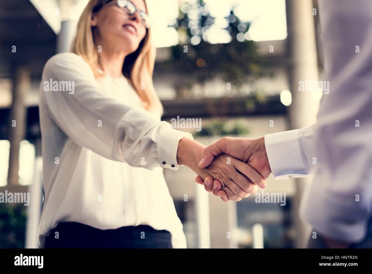 Männer Frauen Business Agreement Hände schütteln Stockbild