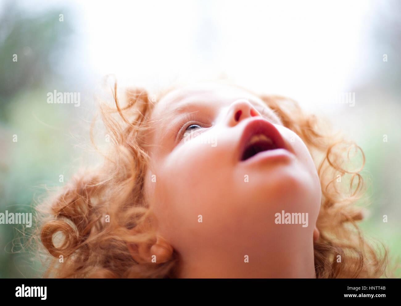 Eine drei Jahre alte Mädchen Loowing in Ehrfurcht vor dem Himmel Stockbild