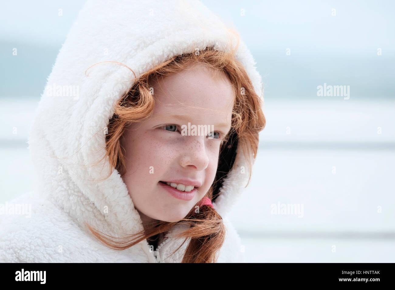 Porträt eines Mädchens auf einem windigen Küste. Stockbild