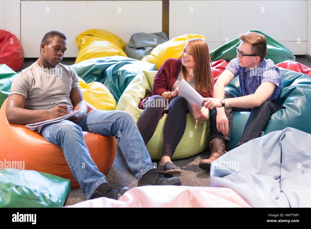Studenten im universitären Umfeld, zusammenarbeiten. Stockbild
