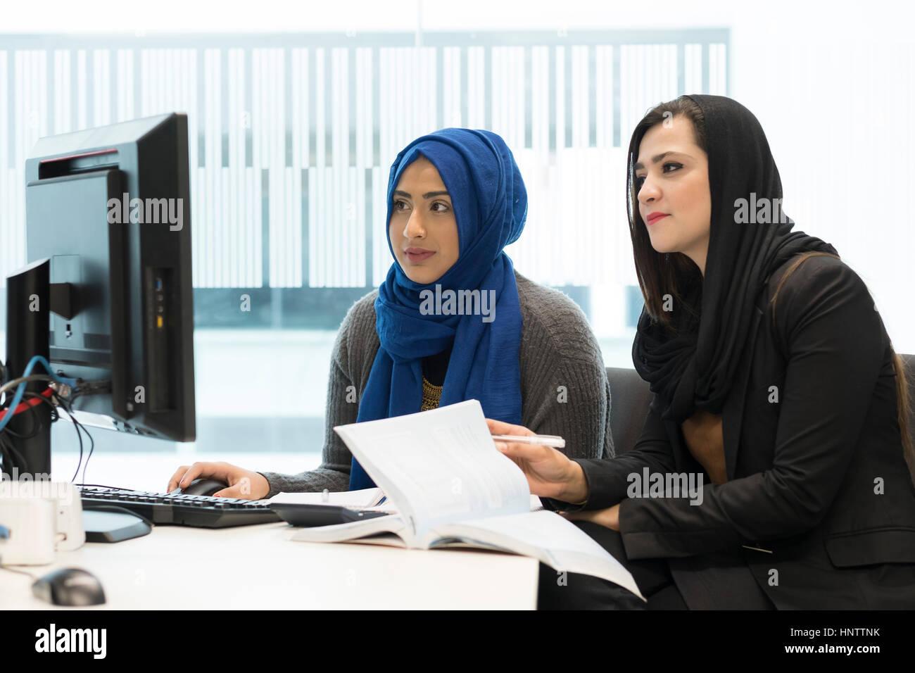 Studenten im universitären Umfeld, mit Computern arbeiten. Stockbild