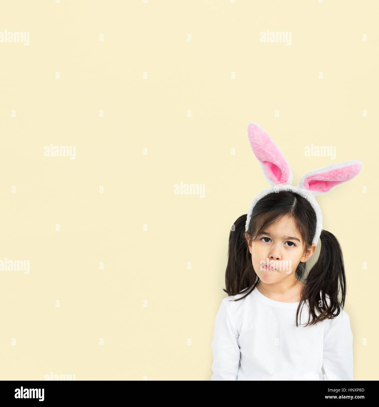 Kleines Mädchen mit Hase Ohren neugierig Studio Stockbild