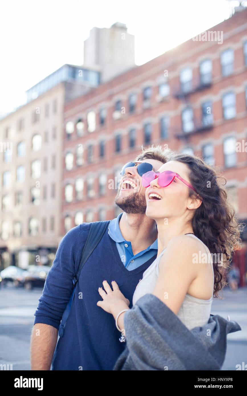 Paar Sightseeing in der Stadt Stockbild