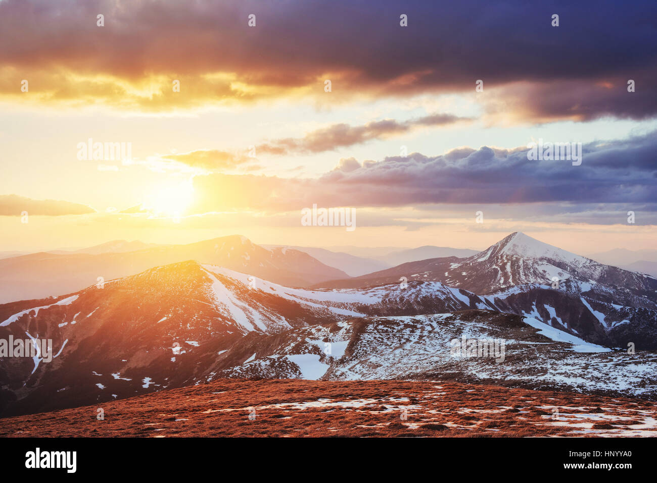 Bunter Frühling Sonnenuntergang über die Bergketten im nationalen Stockbild