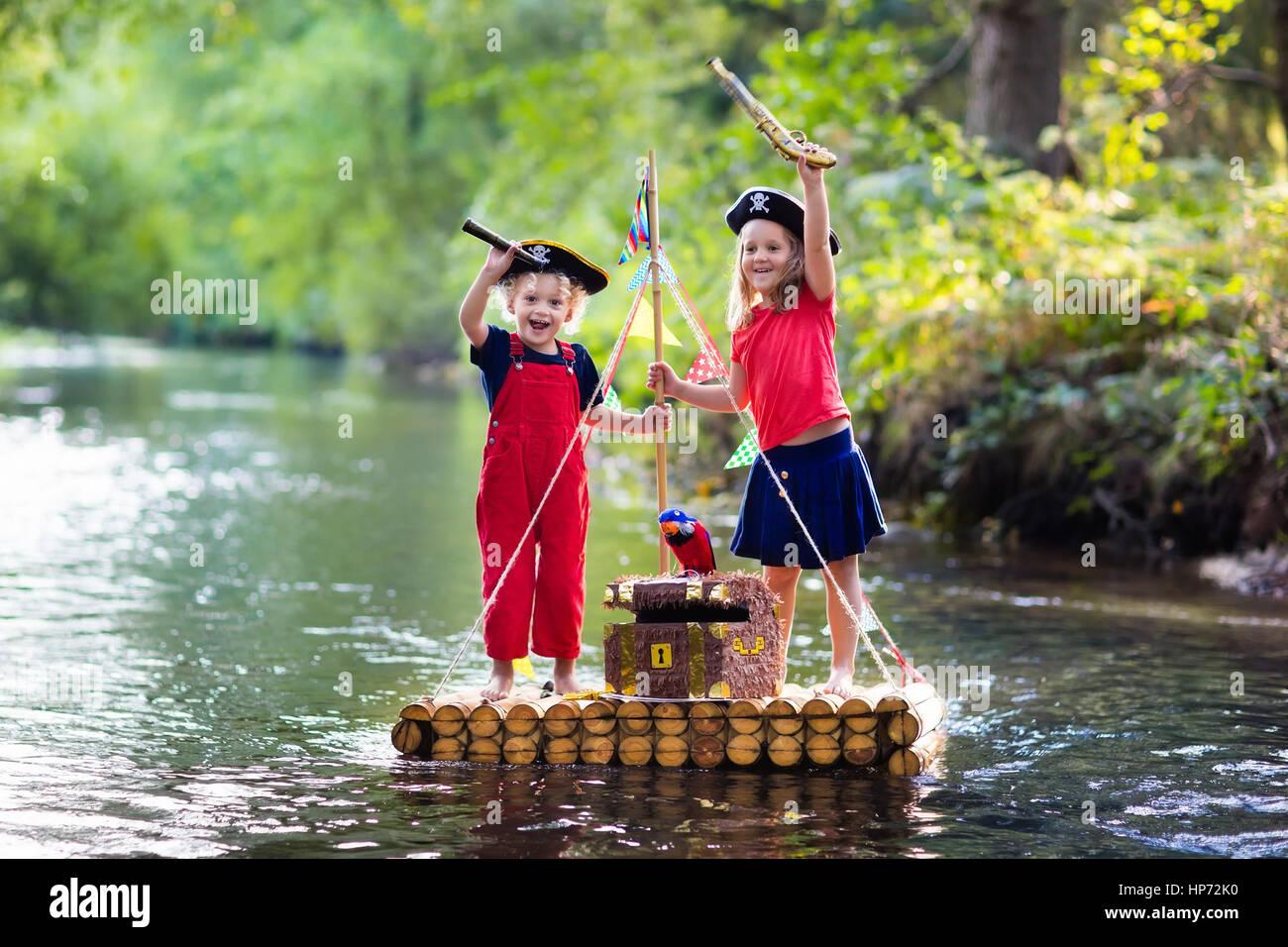 Kinder gekleidet in piraten kostüme und hüte mit schatztruhe