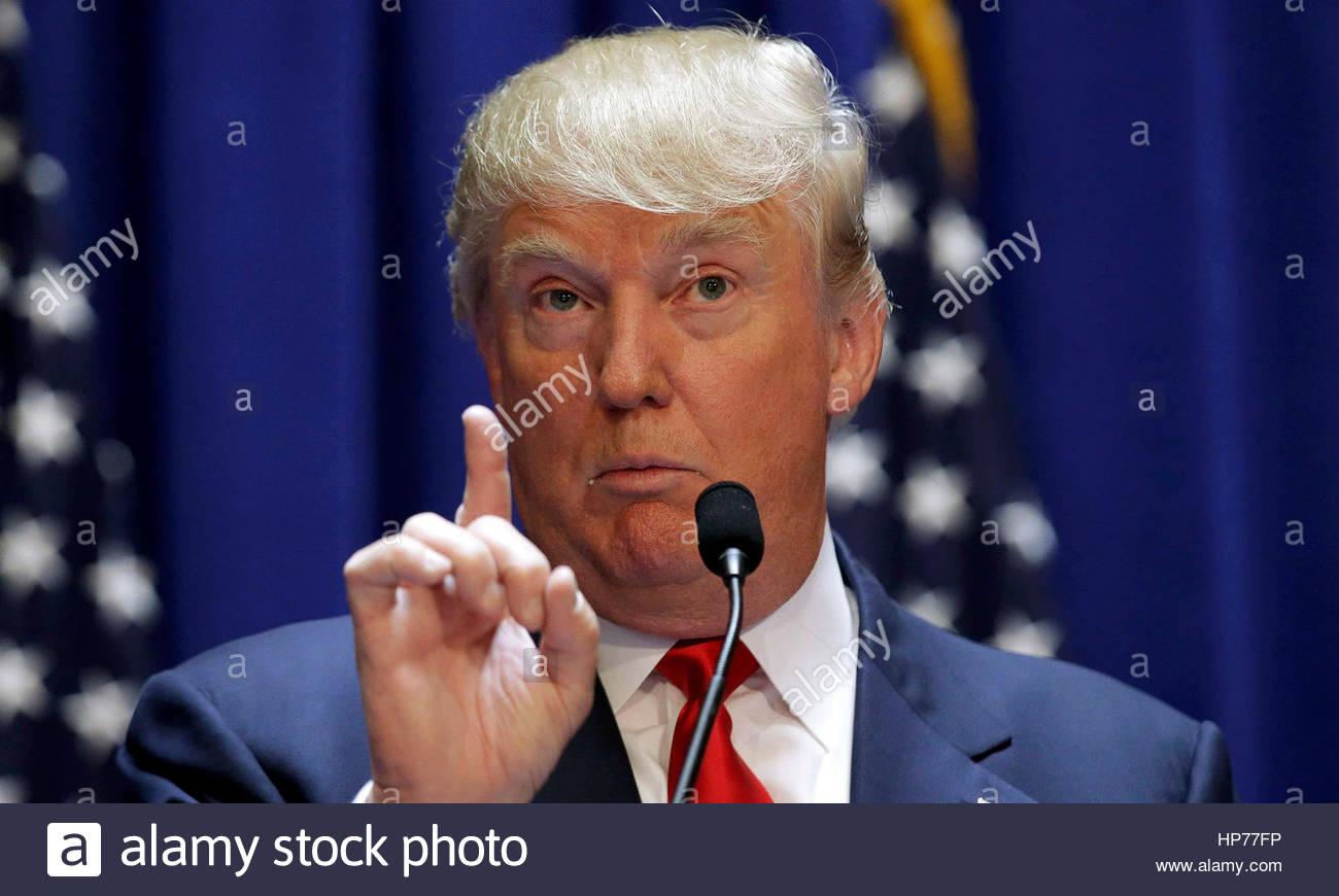 Washington, USA. 24. Januar 2017. US-Präsident Donald Trump liefert Bemerkungen nach Unterzeichnung fünf Stockbild