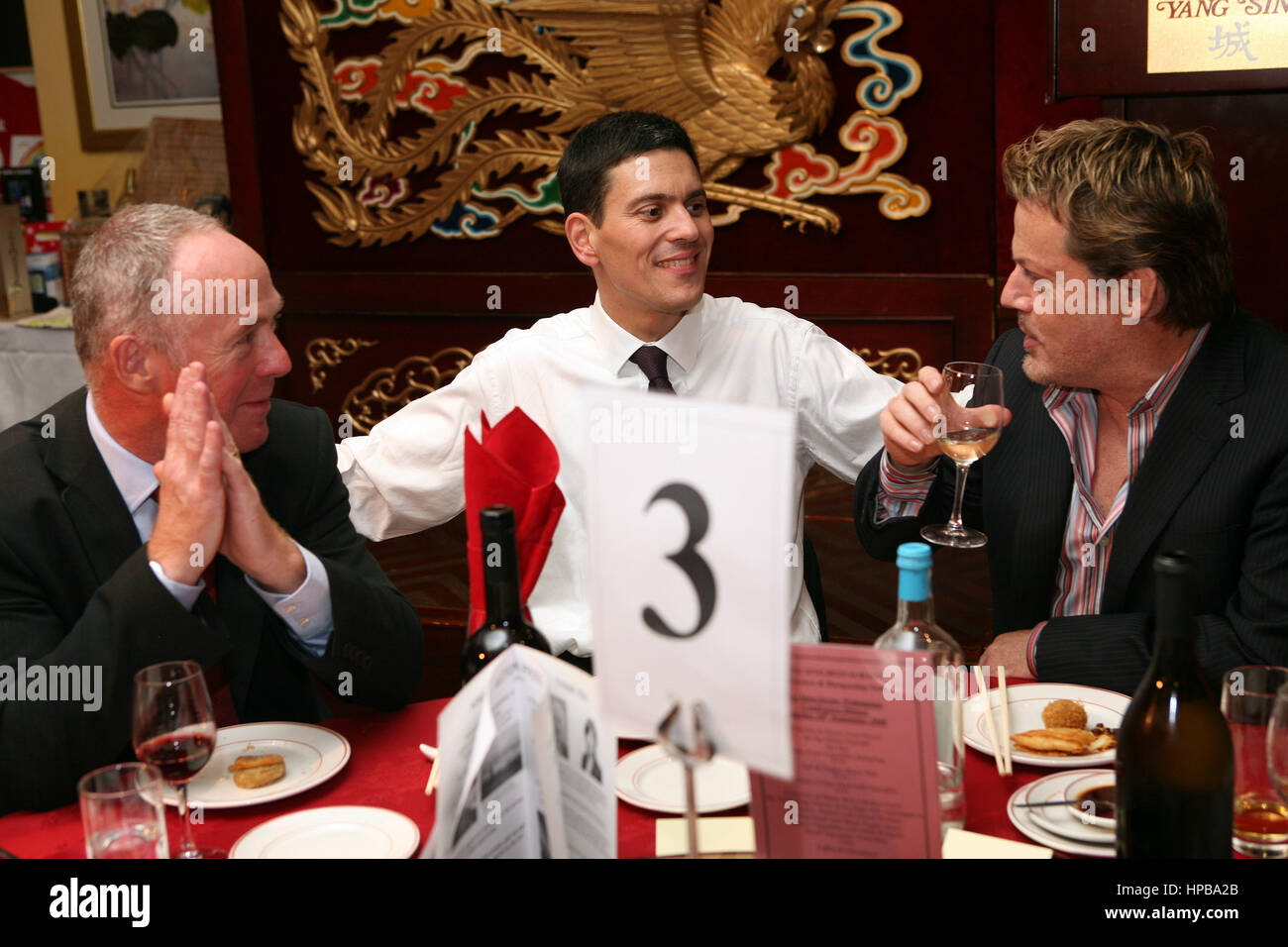 Labour Party Conference. Yang Sing Restaurant. L-R Richard Leese, David Milliband und Eddie Izzard. Stockbild