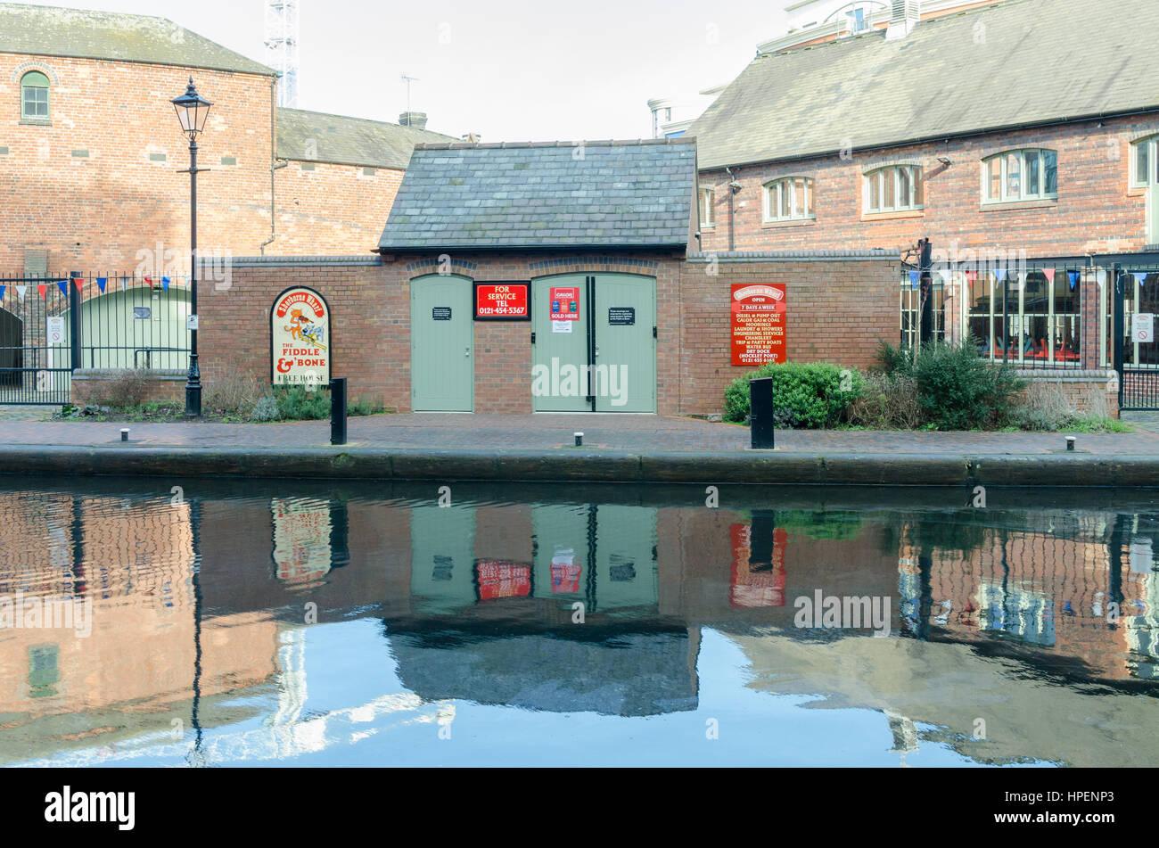 Sherborne Kai am Kanal im Stadtzentrum von Birmingham bietet marine Services für schmale Boote Stockbild