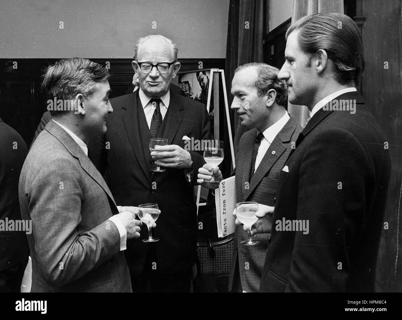 Links nach rechts. Colin Chapman, Graham Hill, Sir Walter Hayes, Sir Patrick Hennesey Stockbild