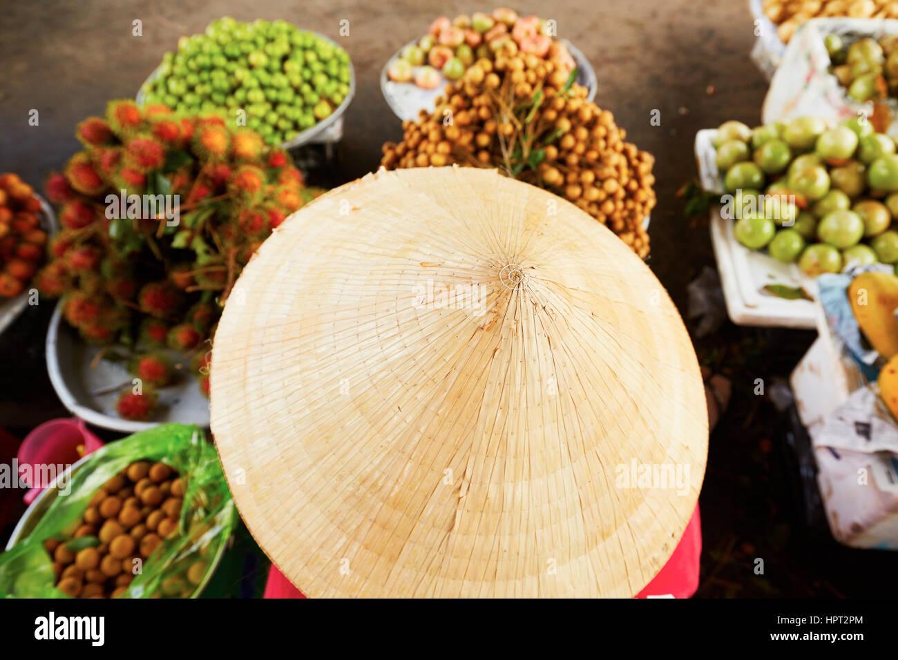 Verkauf von Früchten auf dem Straßenmarkt - selektiven Fokus Vietnamesin Stockbild