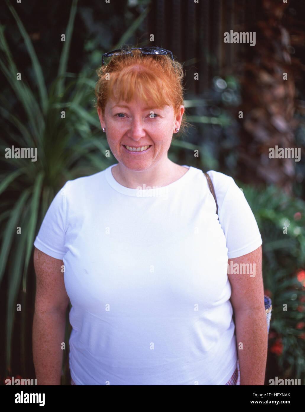 Junge rothaarige Frau (30), Surrey, England, Vereinigtes Königreich Stockbild