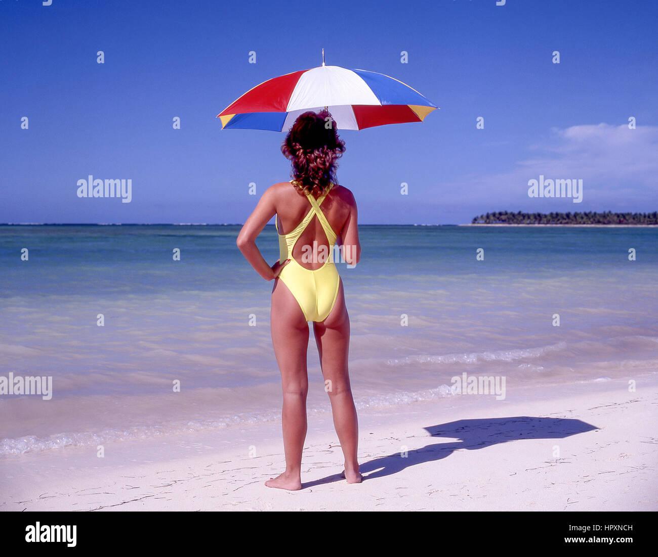 Junge Frau am tropischen Strand, Dominikanische Republik, große Antillen, Caribbean Stockbild