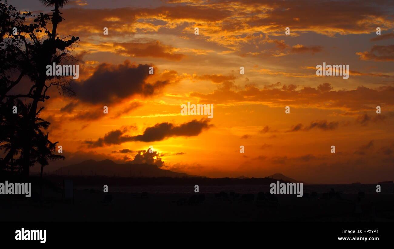 Untergehende Sonne bin Karibischen Strand Stockbild