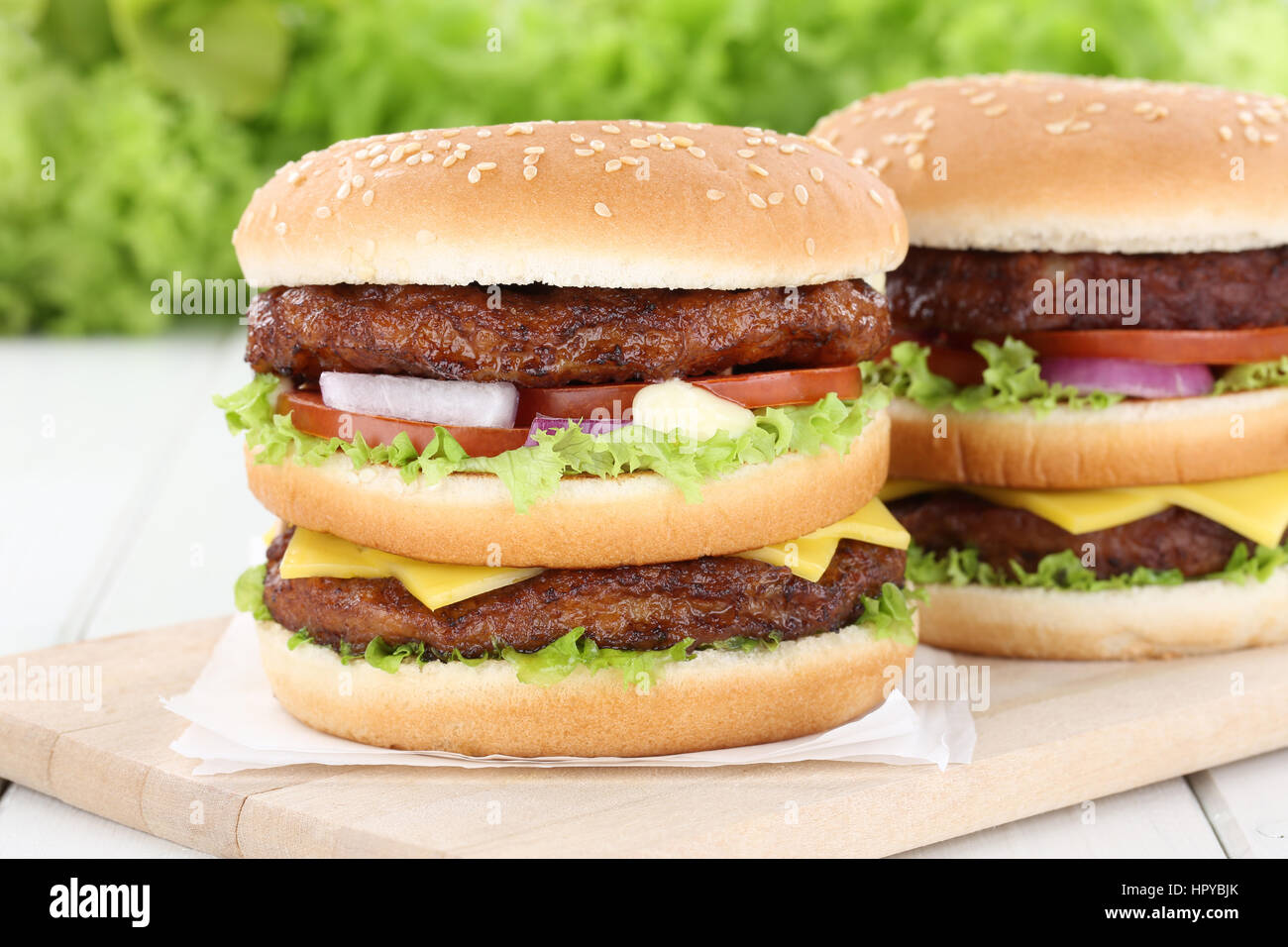 Doppel burger Hamburger Tomaten Käse das ungesunde Essen Stockbild