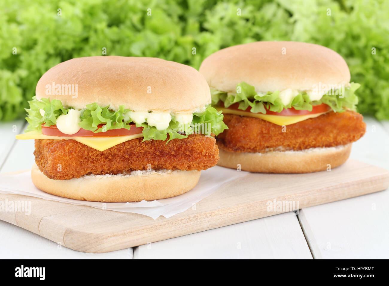 Fisch burger fishburger Hamburger frische Tomaten Salat Käse ungesund Stockbild