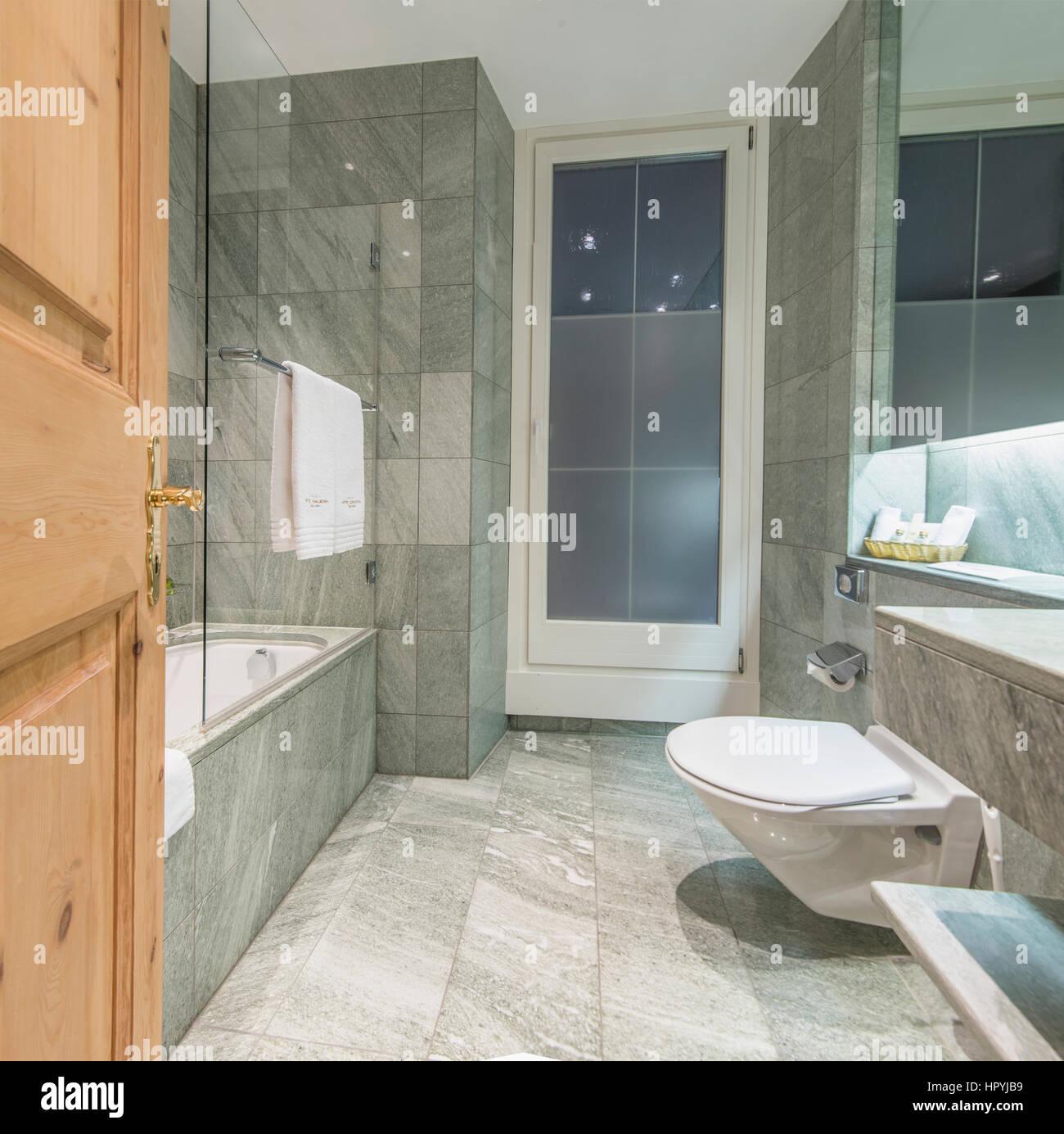 Moderne minimalistische Hotelbad mit Marmor Fliesen bedeckten Wände ...