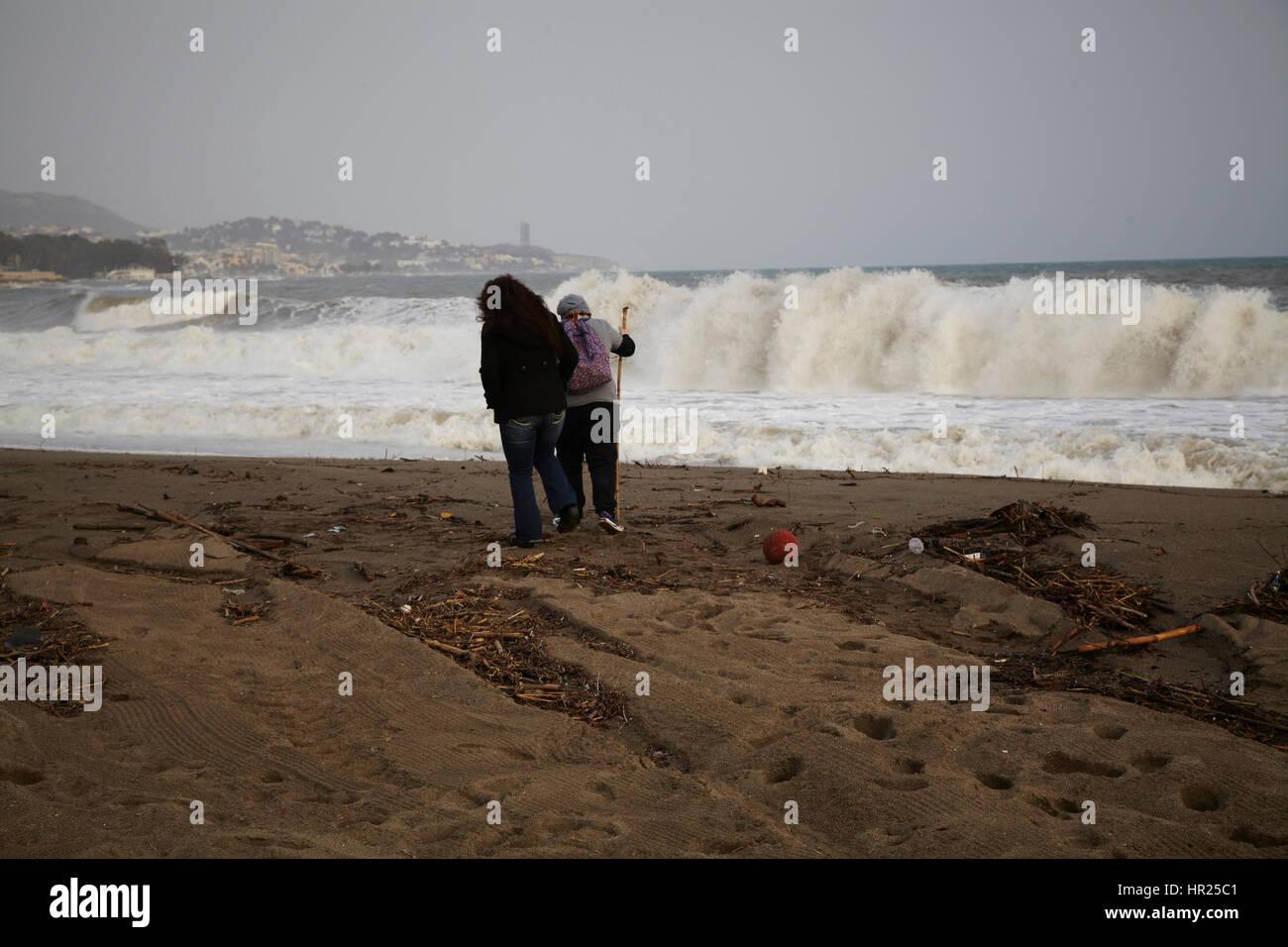 Zwei Mädchen auf der Suche Att große Wellen in den Strand von Málaga. Stockbild