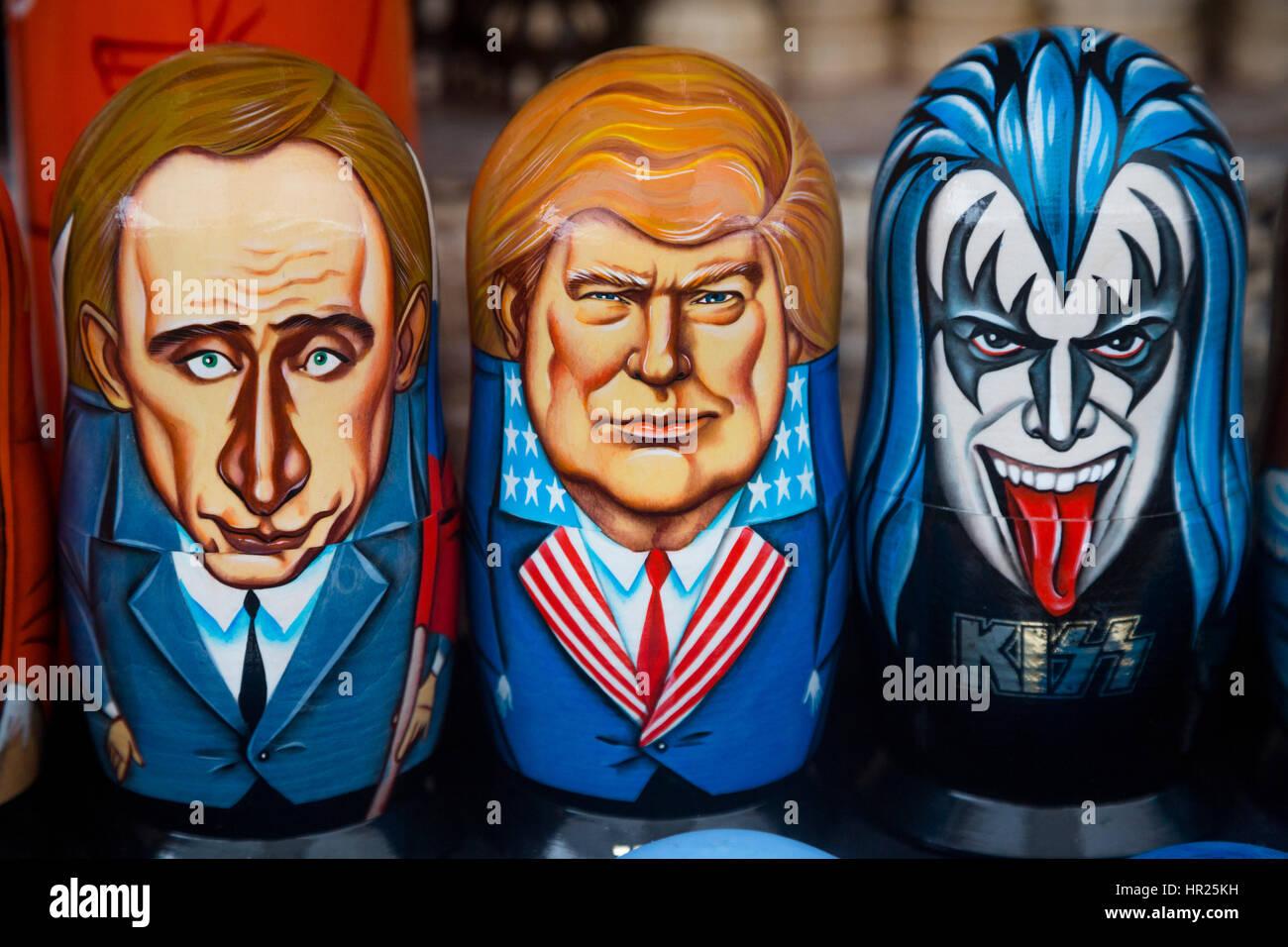 Russische traditionelle Spielwaren - Matroschka mit einem Porträt von Donald Trump im Souvenirladen im Ismailowo Stockbild