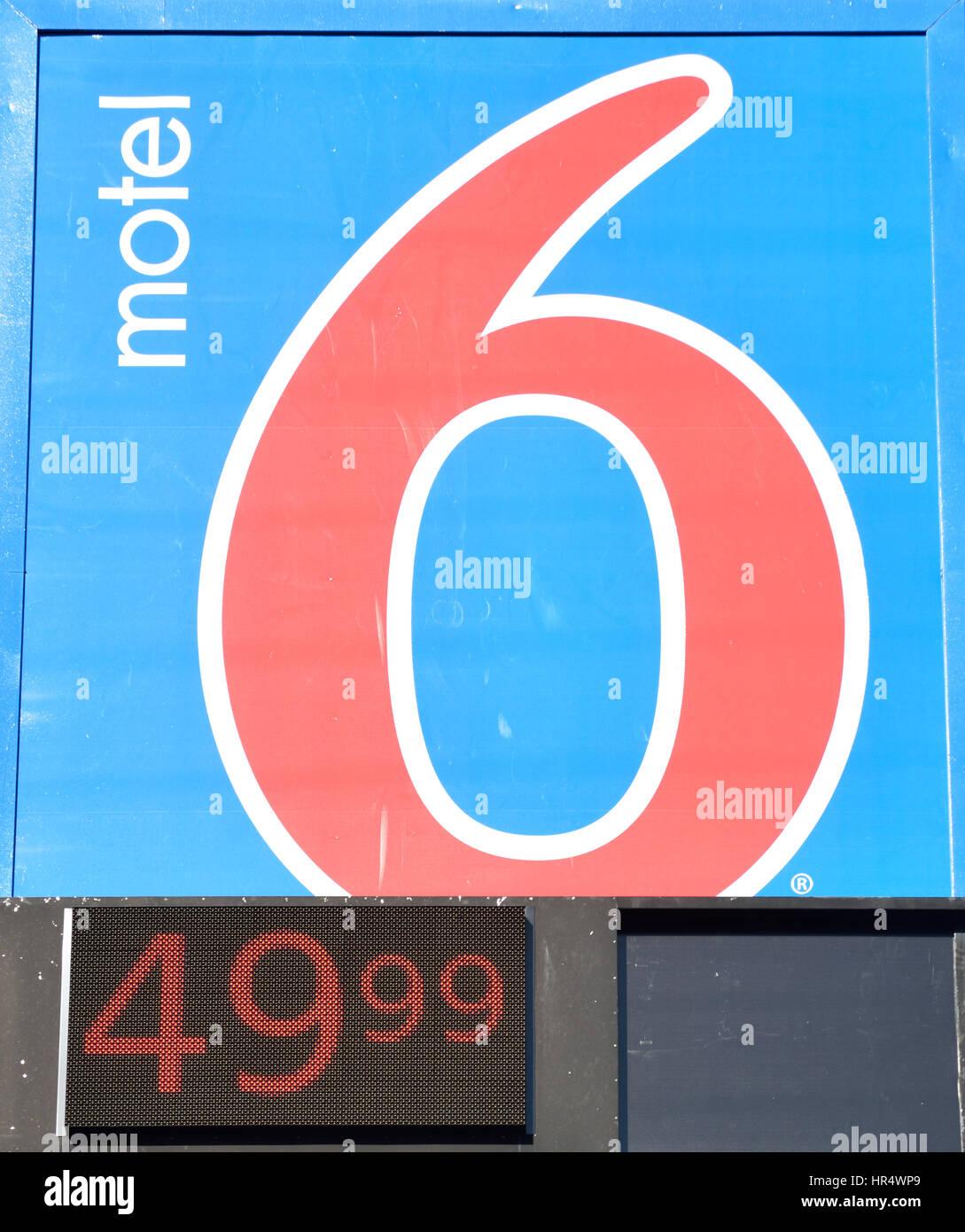 Nahaufnahme des Zeichens für Motel 6 Motel Kette in Texas im Zimmerpreis enthalten Stockbild