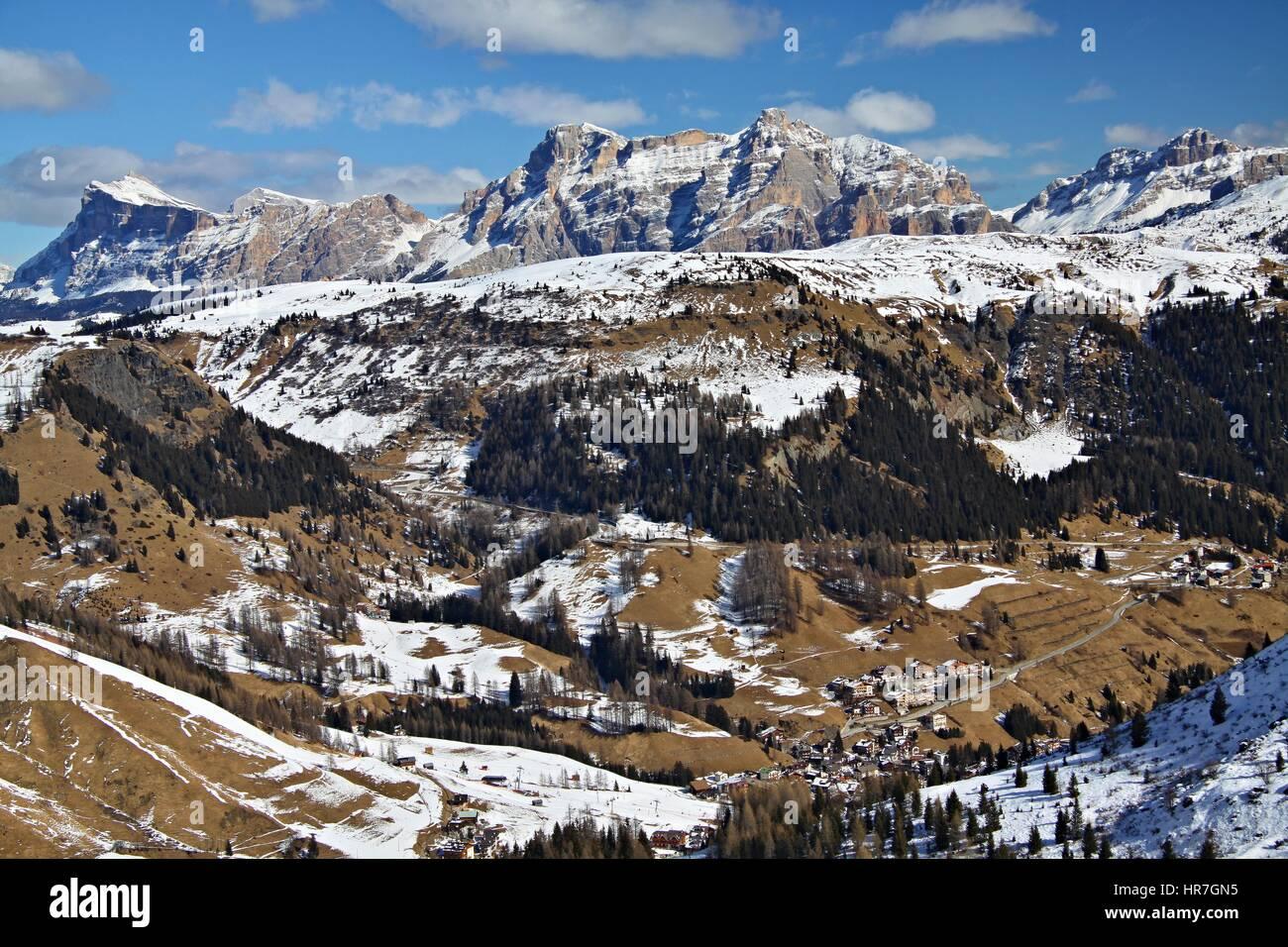 Ende des Winters in den Dolomiten, Blick von der oberen Forcella Porta Vescovo, Ski Gebiet Sella Ronda, Arabba, Stockbild