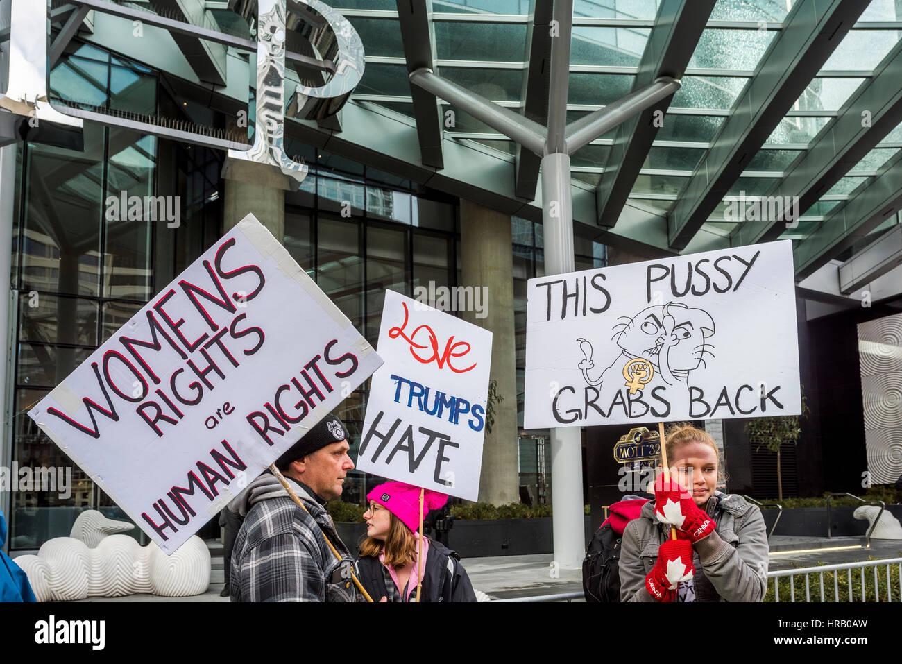 Vancouver, Kanada. 28 Feb, 2017. Anti-Trump Demonstranten. Das Trump Hotel Tower offizielle Eröffnung, Vancouver, Stockbild