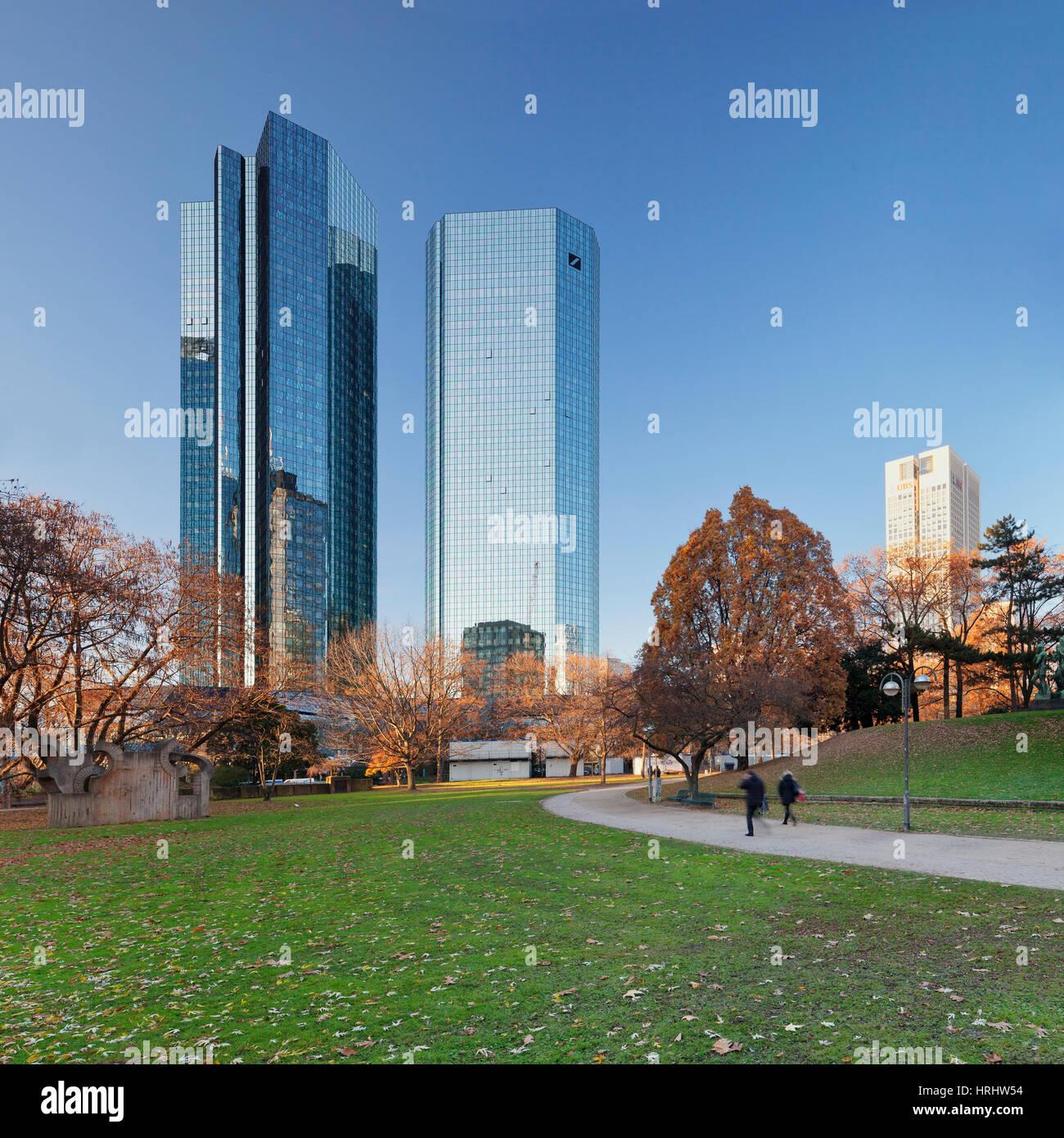 Taunusanlage Park mit Deutsche Bank und Opernturm Wolkenkratzer, Frankfurt am Main, Hessen, Deutschland Stockbild