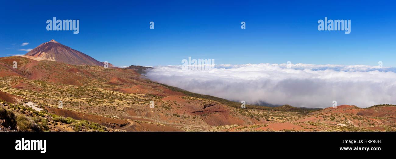 Der Gipfel des Mount Teide auf Teneriffa, Kanarische Inseln, Spanien über den Wolken. Stockbild