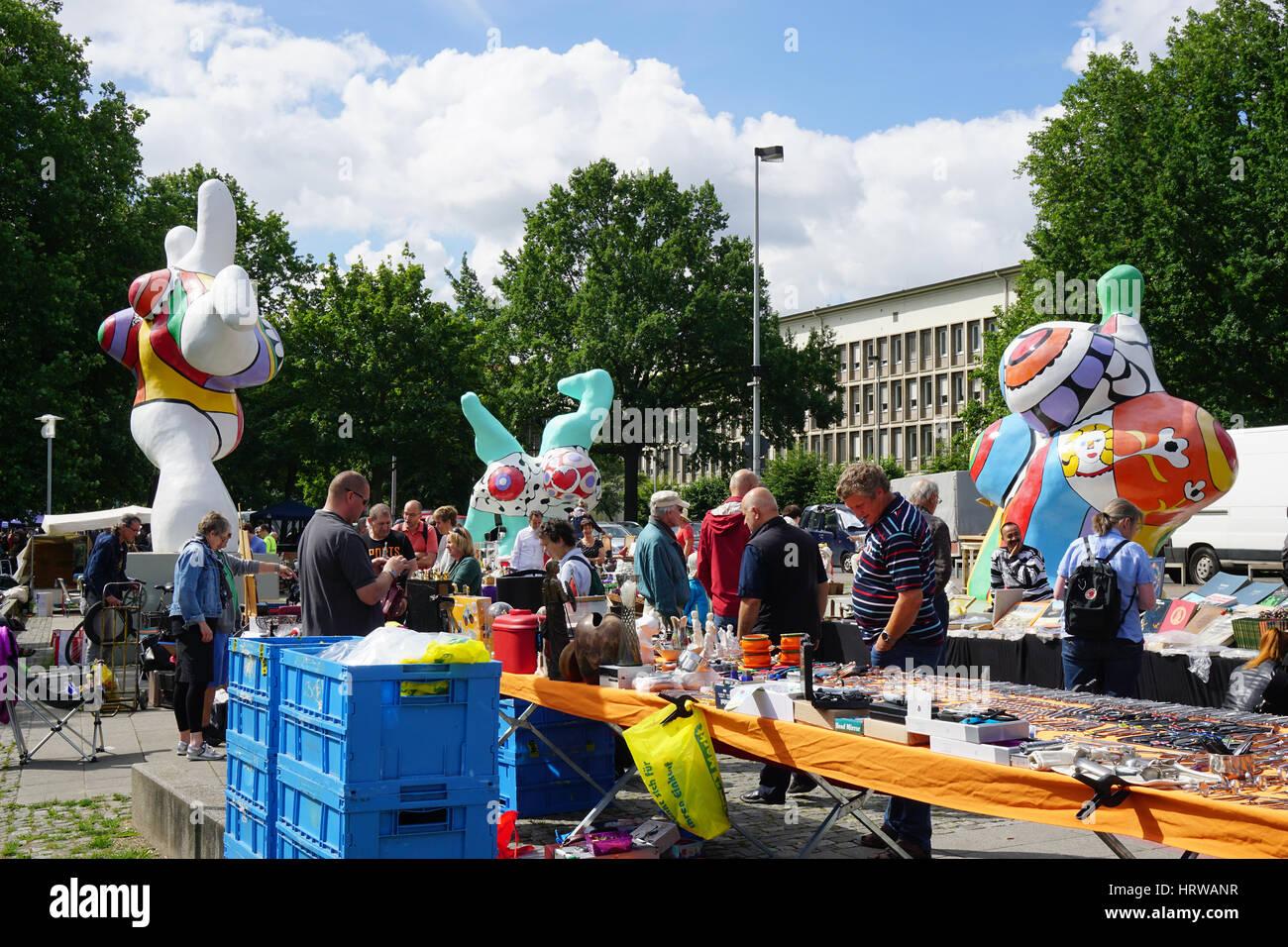 Hannover Messe Flohmarkt : niki de saint phalle sculpture germany stockfotos niki de saint phalle sculpture germany ~ Markanthonyermac.com Haus und Dekorationen