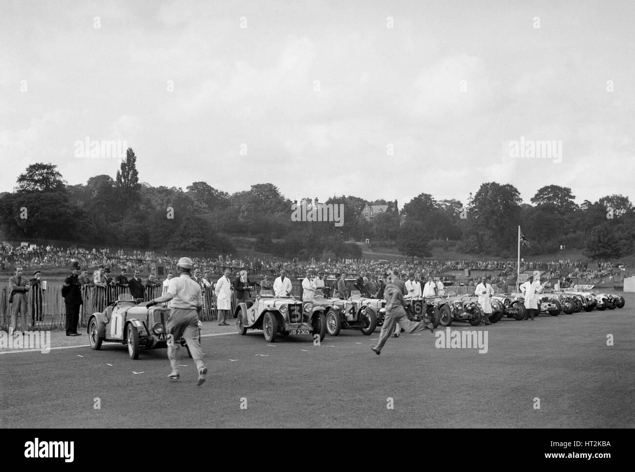 Treiber laufen zu ihren Autos zu Beginn des Rennens kaiserliche Trophäe, Crystal Palace, 1939. Künstler: Stockbild