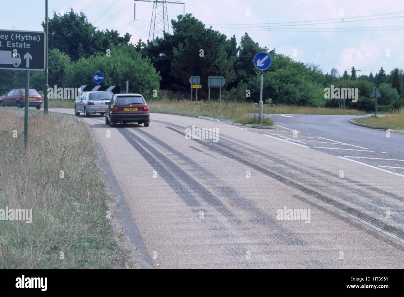 Reifen Skidmarks auf Fahrbahn. Künstler: unbekannt. Stockbild