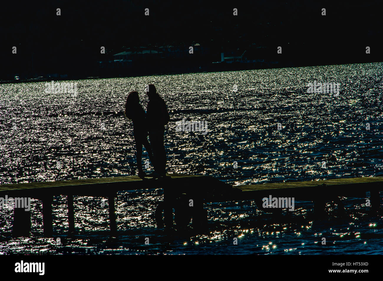 paar steht auf der Pier nostalgische Momente Stockbild