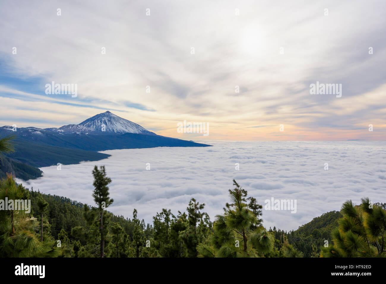 Pico del Teide Berg mit Wolken, Parque Nacional del Teide, Teneriffa, Kanarische Inseln, Spanien Stockbild