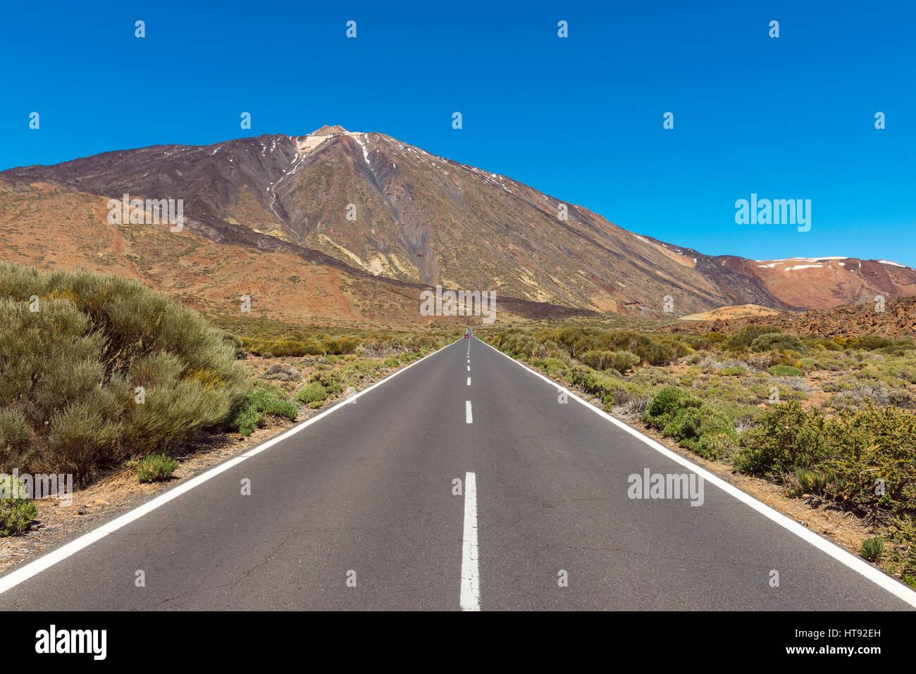 Straße mit Berg Pico del Teide, Parque Nacional del Teide, Teneriffa, Kanarische Inseln, Spanien Stockbild