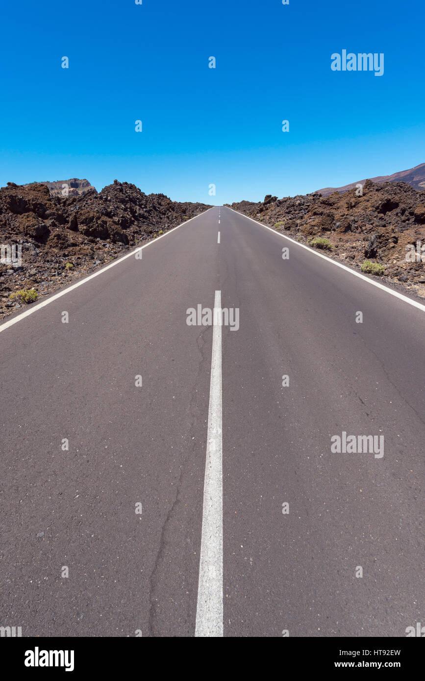 Straße durch Lavafeld im Parque Nacional del Teide, Teneriffa, Kanarische Inseln, Spanien Stockbild