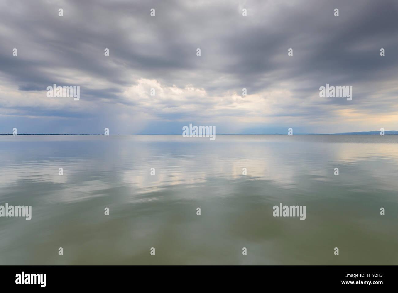 Wolken reflektieren im Neusiedlersee in Weiden, Burgenland, Österreich Stockbild