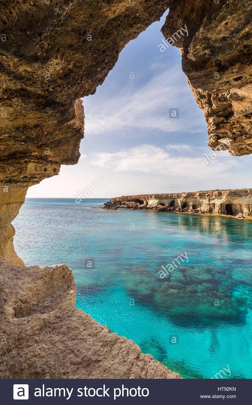 Meeresgrotten entlang der felsigen Küste von Mittelmeer bei Sonnenuntergang, Kap Greco, National Forest Park, Stockbild