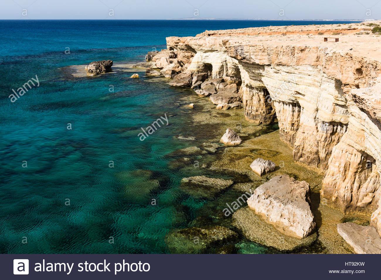 Meeresgrotten entlang der felsigen Küste von Mittelmeer, Kap Greco, National Forest Park, Ayia Napa, Zypern Stockbild