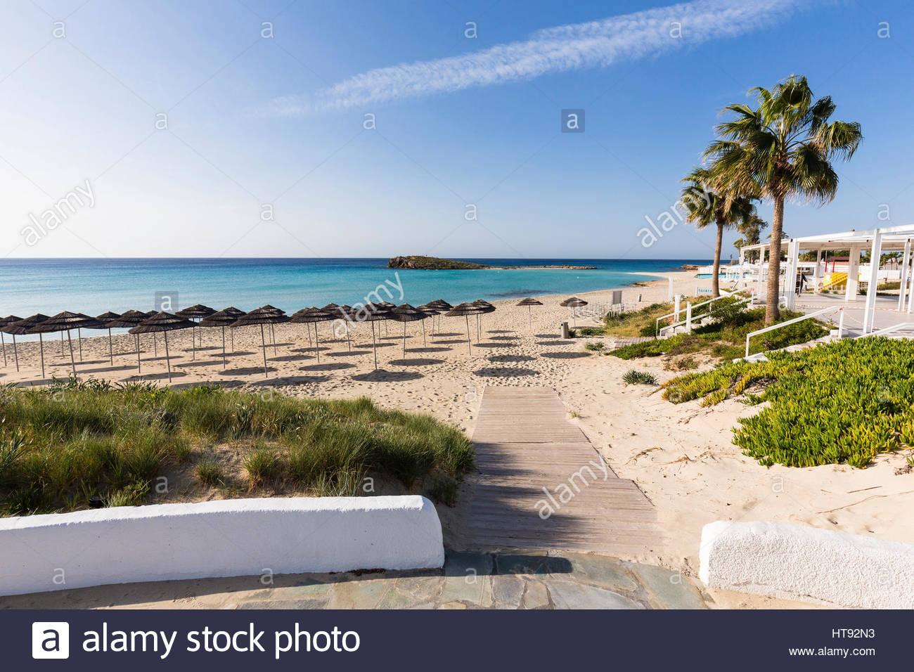 Sonnenschirme am Nissi Strand Nissi Beach Resort in Agia Napa in Zypern Stockbild